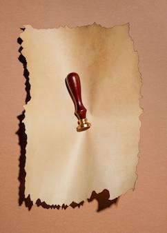 Vue de dessus du papier brun avec timbre