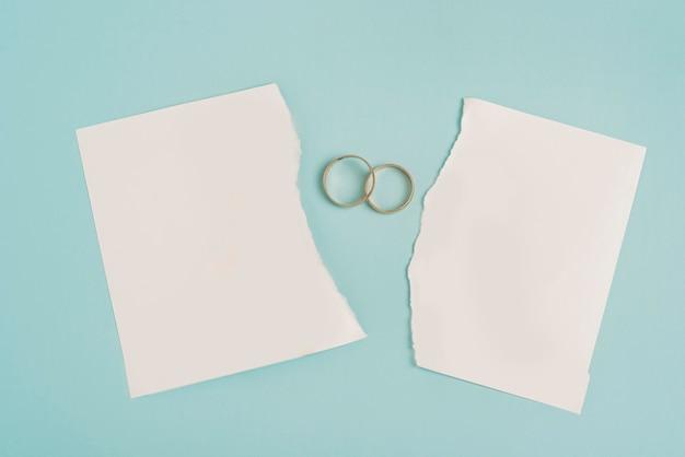 Vue de dessus du papier cassé avec des anneaux