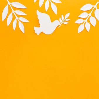 Vue de dessus du papier colombe avec espace copie et feuilles de papier