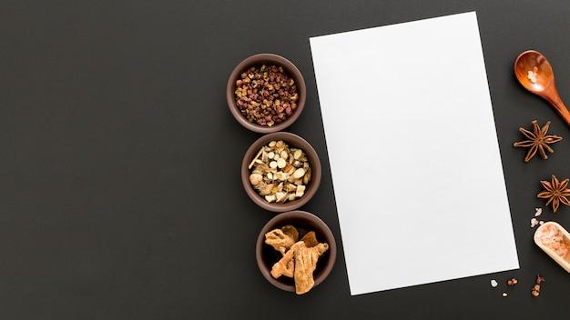 Vue de dessus du papier de menu vierge avec l'anis étoilé et l'espace de copie