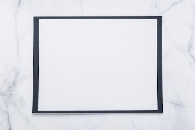 Vue de dessus du papier de menu vierge sur la surface en marbre