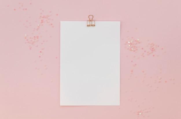 Vue de dessus du papier avec des paillettes et un clip