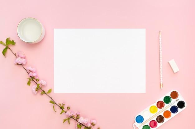 Vue de dessus du papier avec palette et crayon