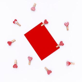 Vue de dessus du papier de la saint-valentin avec coeurs