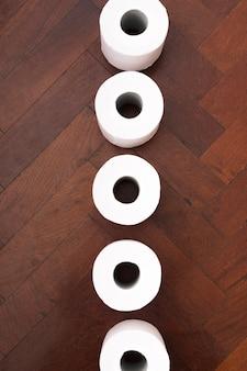 Vue de dessus du papier toilette en vrac sur le sol