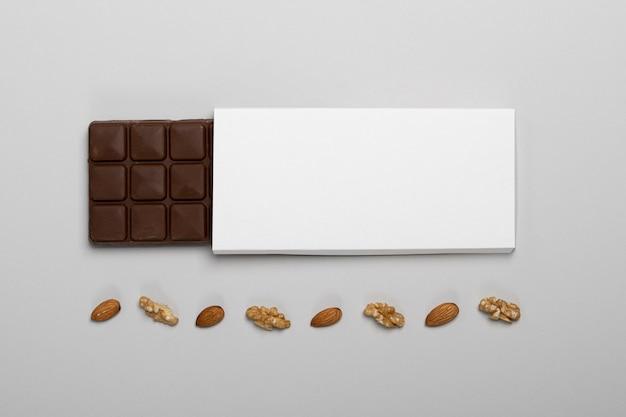 Vue de dessus du paquet de barre de chocolat vierge avec des noix