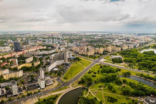 Vue de dessus du parc de la victoire à minsk et de la rivière svisloch