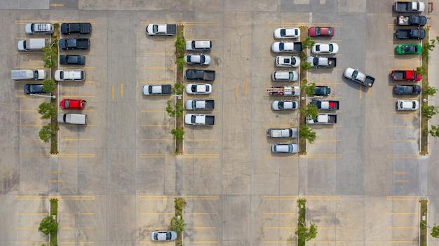 La vue de dessus du parking prise avec les drones