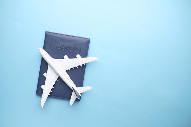 Vue de dessus du passeport et de la plaque sur la table avec espace copie