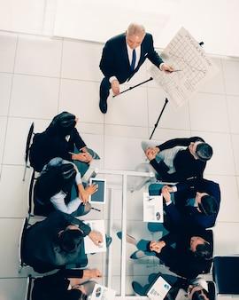 Vue de dessus du patron lors d'une réunion avec l'équipe commerciale