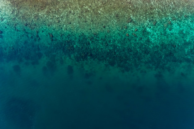 Vue de dessus du paysage de la belle mer tropicale et de la surface de la mer