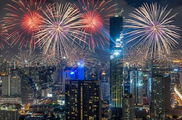 Vue de dessus du paysage urbain de bangkok la nuit avec la célébration de feu d'artifice multicolore, mahanakhon