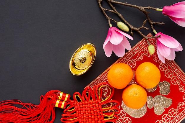 Vue de dessus du pendentif et des mandarines nouvel an chinois