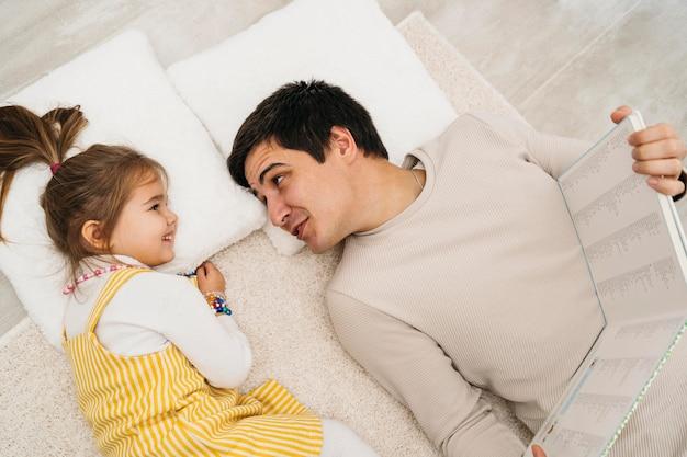 Vue de dessus du père et de la fille passer du temps ensemble