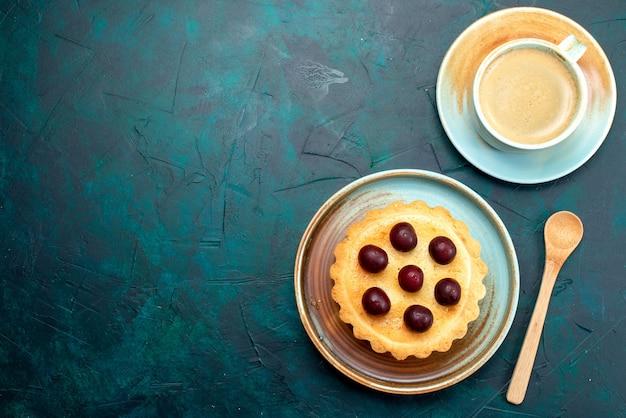 Vue de dessus du petit gâteau avec des cerises fraîches à côté de latte mousseux