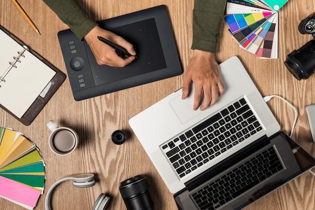 Vue de dessus du photographe sur le lieu de travail avec espace de copie