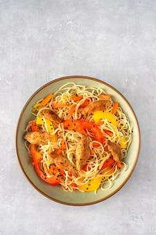 Vue de dessus du plat de nouilles végétaliennes