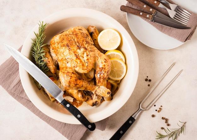 Vue de dessus du plat de poulet rôti de thanksgiving avec des tranches de citron