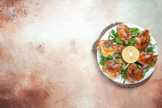 Vue de dessus du plateau de poulet avec du poulet aux herbes oignon citron sur lavash