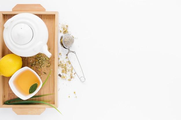 Vue de dessus du plateau avec théière et tasse à thé