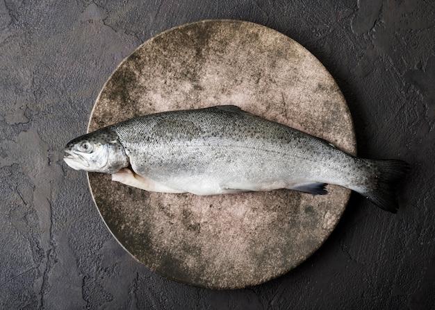 Vue de dessus du poisson sur assiette