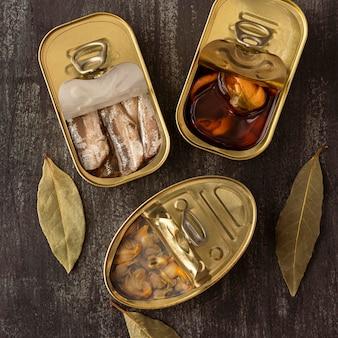Vue de dessus du poisson conservé dans des boîtes