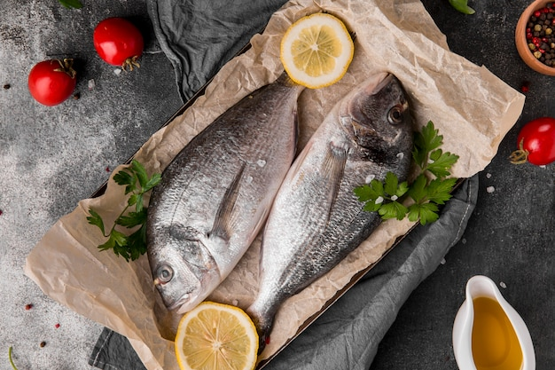 Vue de dessus du poisson sur du papier sulfurisé