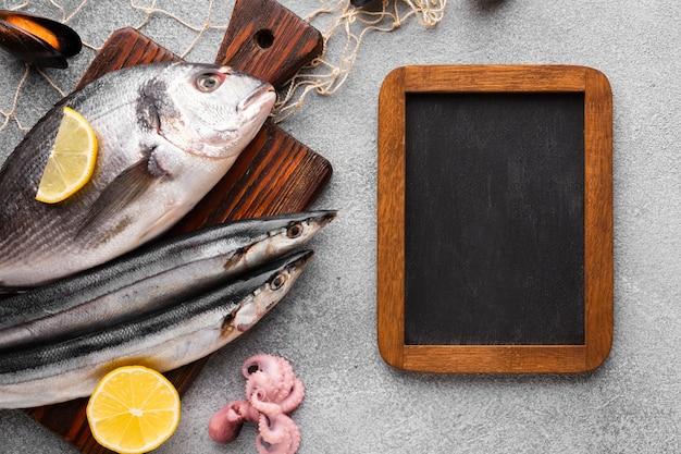 Vue de dessus du poisson frais sur wodden fond