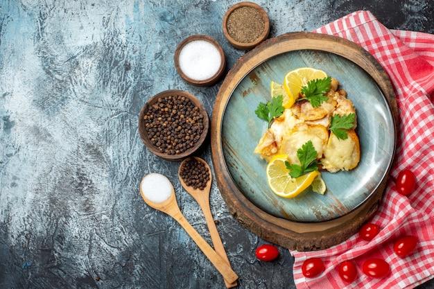 Vue de dessus du poisson frit savoureux sur plaque sur planche de bois