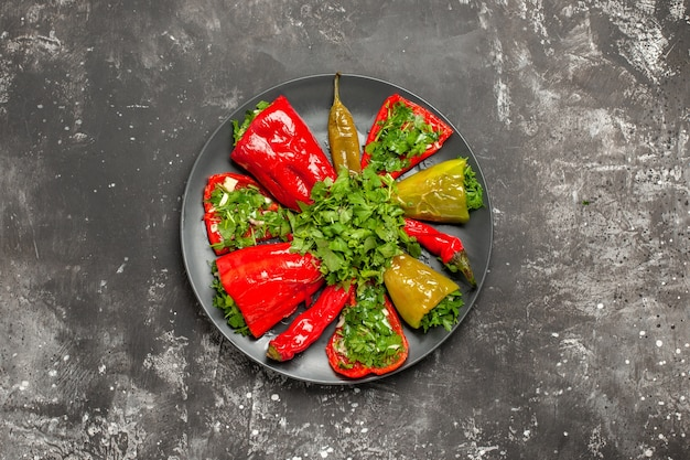 Vue de dessus du poivre coloré différents types de poivrons sur la plaque noire