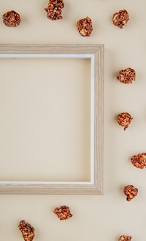 Vue de dessus du pop-corn au chocolat avec cadre sur blanc avec espace copie