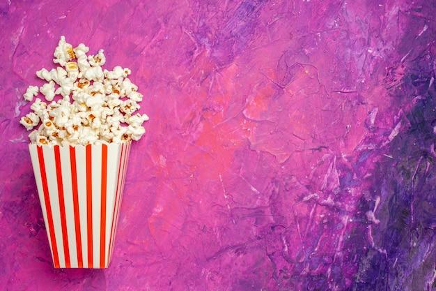 Vue de dessus du pop-corn frais pour la soirée cinéma