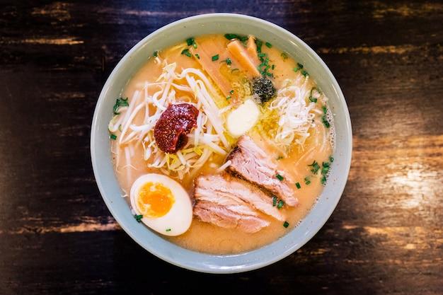 Vue de dessus du porc chashu dans une soupe d'os de porc et de pâte épicée au ramen (kara miso ramen).