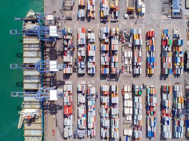Vue de dessus du port à conteneurs et du transport par porte-conteneurs