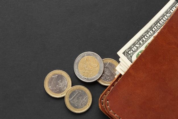 Vue de dessus du portefeuille avec de la monnaie