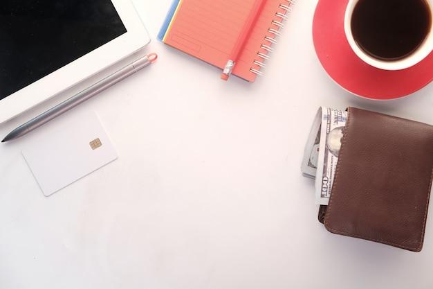 Vue de dessus du portefeuille, de la trésorerie et de la carte de crédit sur la table