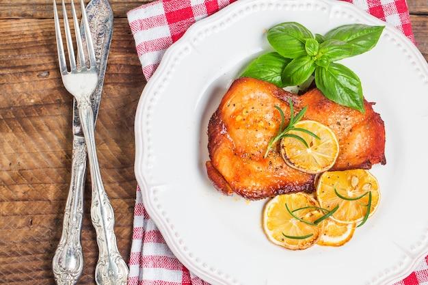 Vue de dessus du poulet cuit avec un couteau et une fourchette