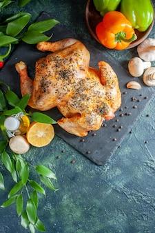 Vue de dessus du poulet épicé cuit avec du vin et de l'ail sur une surface sombre
