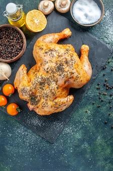 Vue de dessus du poulet épicé cuit sur la surface sombre