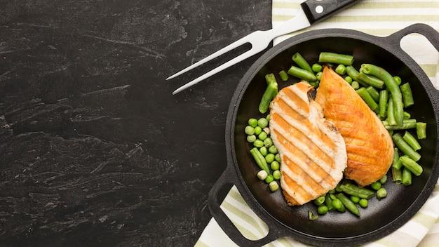 Vue de dessus du poulet et des pois grillés avec copie-espace