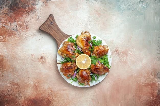 Vue de dessus du poulet un poulet aux herbes oignon citron sur lavash sur la planche