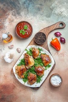 Vue de dessus du poulet poulet aux herbes sur sauce lavash huile d'oignon poivre noir ail
