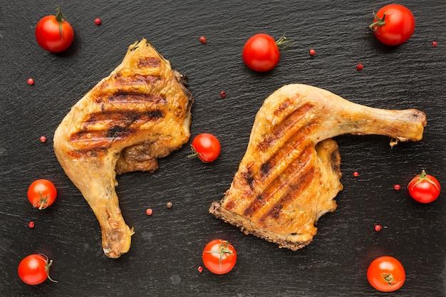 Vue de dessus du poulet et des tomates au four