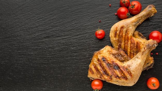 Vue de dessus du poulet et des tomates cuits au four avec copie-espace