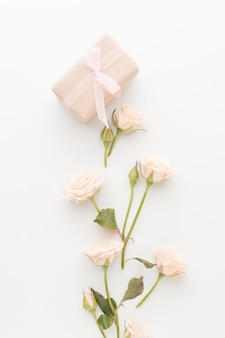 Vue de dessus du présent avec roses et ruban