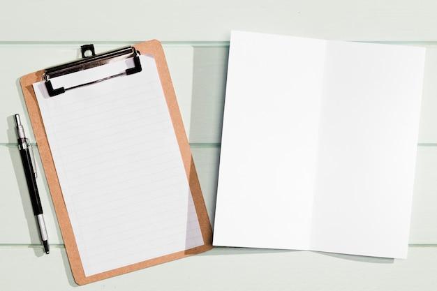Vue de dessus du presse-papiers et du bloc-notes avec un espace de copie minimaliste