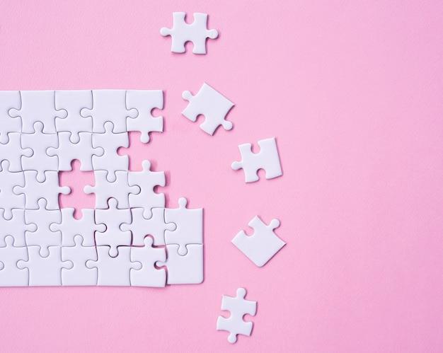 Vue de dessus du puzzle blanc.