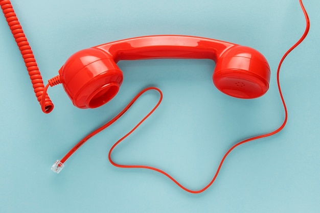 Vue de dessus du récepteur téléphonique avec cordon