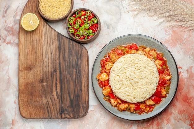 Vue de dessus du repas de riz blanc avec du poulet