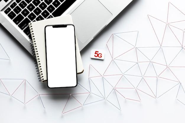 Vue de dessus du réseau de communication internet avec ordinateur portable et smartphone